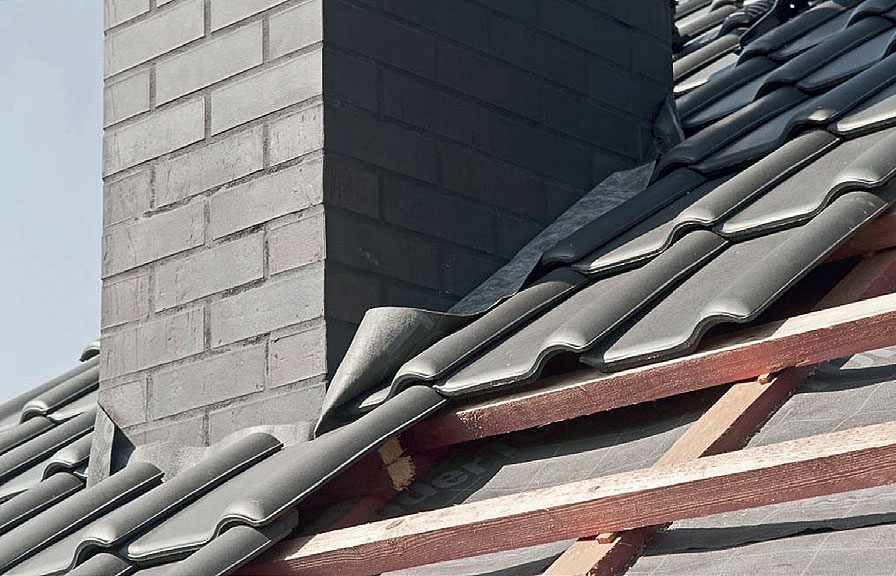 Fot. 2 Przed mocowaniem blachy należy naddatek folii przymocować do komina.