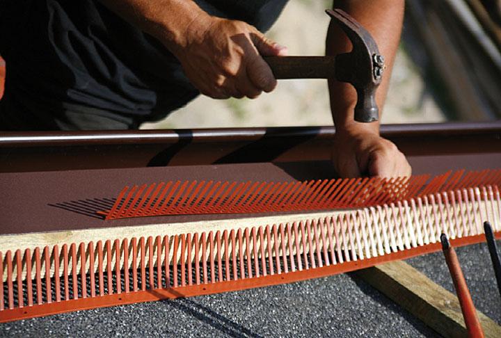 Kształtowanie okapu - zaleca się zastosowanie grzebienia okapu (wróblówki) oraz listwy wentylacyjnej