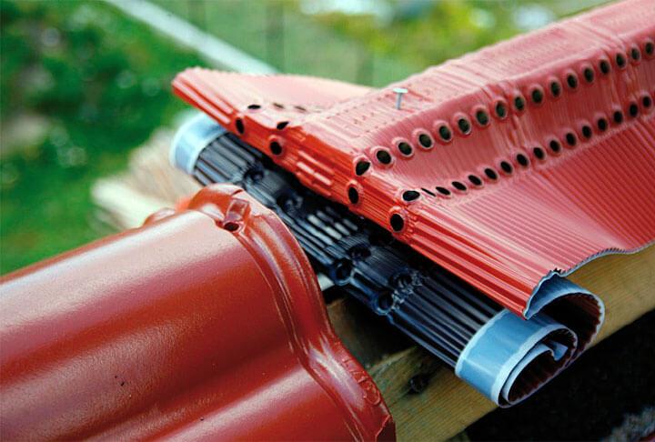 Wykorzystanie taśmy wentylacyjno-uszczelniającej na kalenicy jest bardzo istotne dla wentylacji dachu