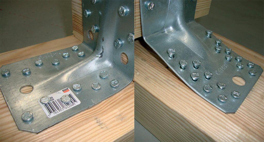 Fot. 6 Wpływ perforacji kątowników na nośność połączenia drewno-drewno. Tak duża różnica w nośności obu kątowników wynika z odległości pierwszych gwoździ od linii zagięcia kątownika. Nawet przesunięcie otworów o kilkanaście milimetrów w znaczący sposób obniża nośność całego połączenia. Błędy w montażu złączy ciesielskich