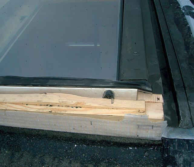 Fot. 4 Uszkodzenie górnej części ościeżnicy (ościeżnica została ścięta) – każda ingerencjaw konstrukcję okna powoduje utratę gwarancji.