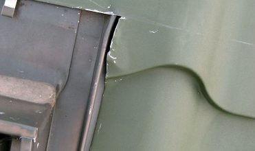 Fot. 6 Nieprawidłowo docięta pokrycie do okna dachowego (okno nieszczelne).