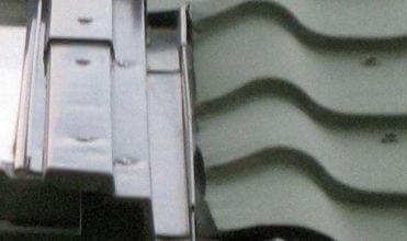 Fot. 7 Nieprawidłowo docięte pokrycie do okna dachowego (boczna część) oraz źle uformowany fartuch (element kołnierza u dołu okna).