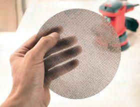 Fot. 1 Siatki ścierne Abranet® - nowe standardy jakości. Z 24 tys. otworów zapewniają niemal bezpyłową obróbkę materiału.