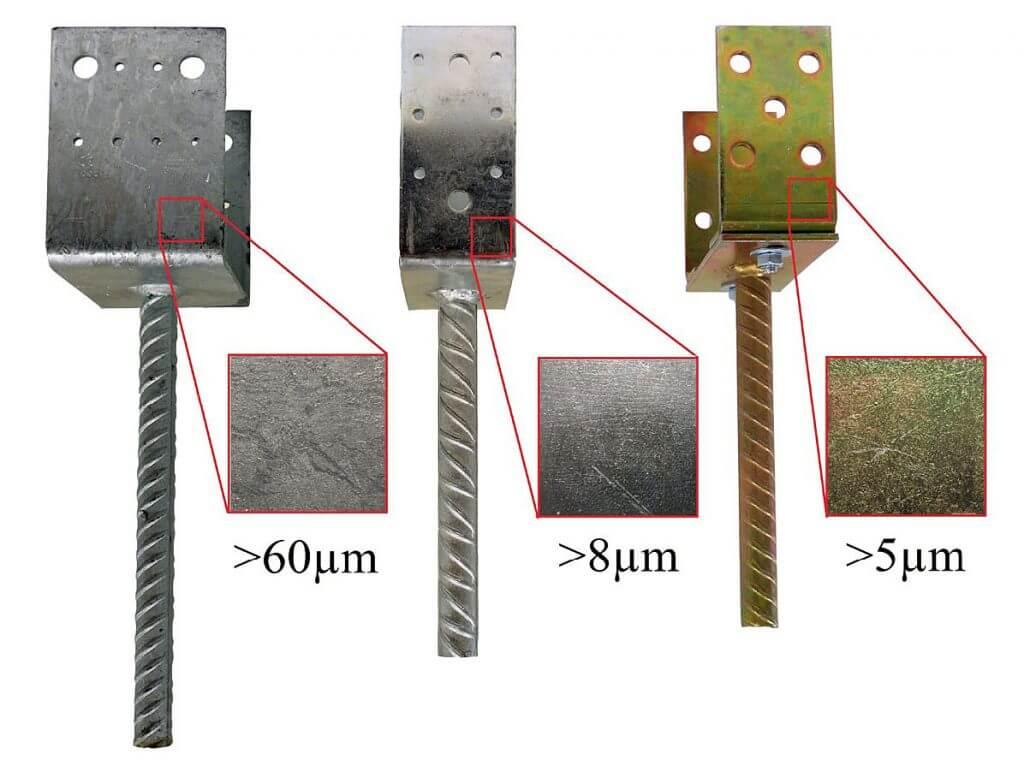Fot. 2 Grubość warstwy antykorozyjnej na podstawach słupa różnych producentów. Pierwsza ocynkowana ogniowo metodą zanurzeniową, pozostałe elektrolitycznie. Stalowe podstawy słupów drewnianych