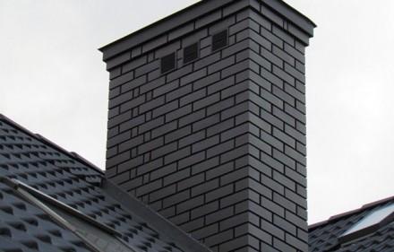 Komin ceglany lub obudowa wkładu kominowego – zasady budowy