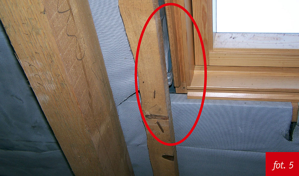 montaż okien dachowych wykonany niezgodnie z instrukcją producenta, foliowanie, sposób montażu na ścinkach łat, brak rynienki okapowej