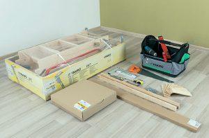 Fot. 1. Przygotowujemy miejsce pracy: narzędzia, wkręty lub kołki montażowe, drewniane przekładki oraz łaty montażowe, na których będziemy osadzać schody w stropie.