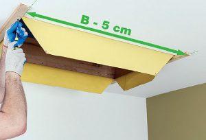 """Fot. 5. Uprzednio przygotowane łaty przykręcamy do stropu tak aby odległość pomiędzy nimi, mierzona w świetle otworu, odpowiadała długości schodów (wymiar handlowy """"B"""") pomniejszonej o 5 cm."""