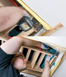 Fot. 7. W tylnej części schodów, pomiędzy skrzynką a otworem w stropie umieszczamy drewniane przekładki. Poprzez otwory w zawiasach wykonujemy w skrzynce 2 otwory montażowe, przez które następnie przykręcamy ją do stropu.