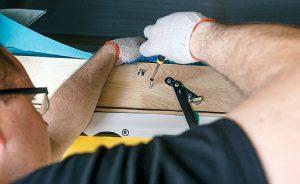Fot. 9. Otwieramy drabinkę i poprzez drewniane przekładki przykręcamy skrzynkę do otworu wzdłuż jej dłuższych boków. Następnie sprawdzamy zachowanie kątów prostych oraz brak deformacji boków skrzynki. Odkręcamy przednią łatę montażową.