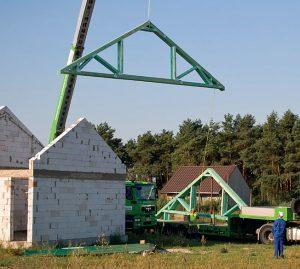 2. Poszczególne elementy konstrukcyjne rozładowywane są na ziemi, w celu poukładania ich w odpowiedniej kolejności. Przy tej czynności pamiętać należy o podkładach, które uchronią drewno przed wilgocią z gleby.