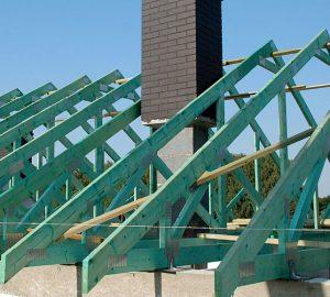 """5. Konstrukcja dachu jest już prawie gotowa. Należy ją jeszcze """"usztywnić"""" za pomocą stężeń."""