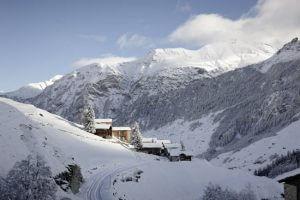 Światło, niebo, natura, spokój - malutka wioska Leis w Alpach Szwajcarskich