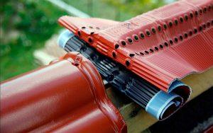 Fot. 4. Wykorzystanie taśmy wentylacyjno-uszczelniającej na kalenicy jest bardzo istotne dla wentylacji dachu