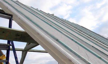 Samonośny izolacyjny panel nakrokwiowy L-Ments firmy Recticel