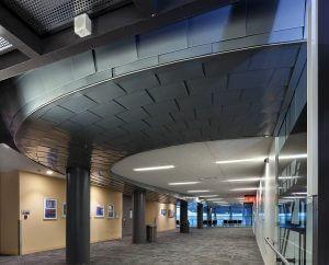 Lotnisko w Edmonton elewacja z  RHEINZINK prePATINA blaugrau w technologii łuski