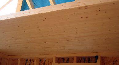 Fot. 1 Masywny strop z drewna klejonego w domu o lekkiej konstrukcji drewnianej.