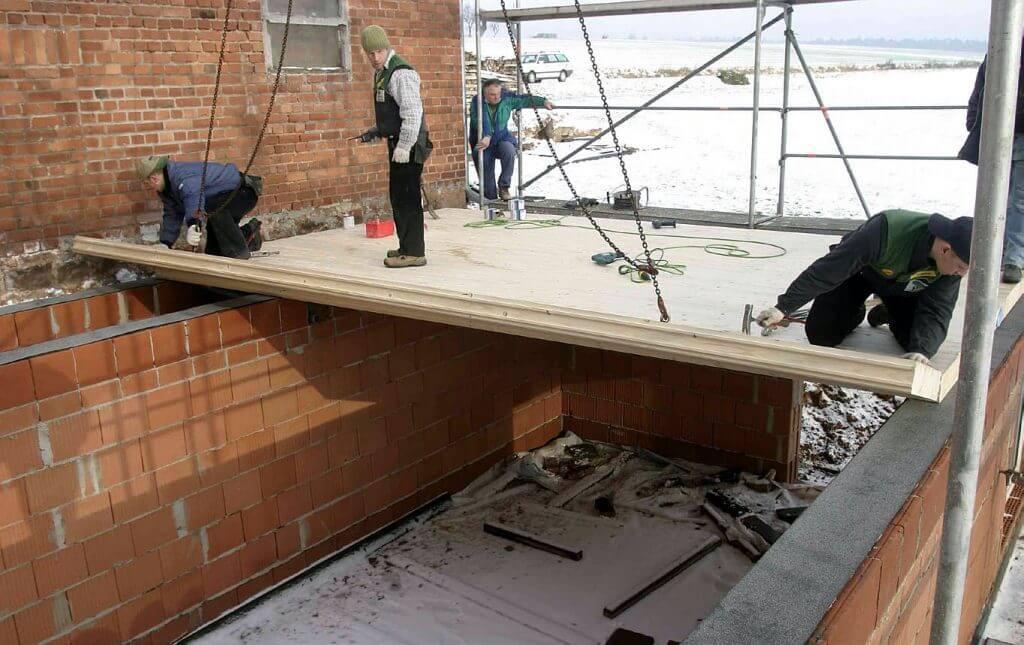 """Fot. 3 """"Układanie"""" stropu na konstrukcji murowanej."""