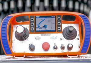 Fot. 3. Nowe sterowanie radiowe z kolorowym wyświetlaczem zapewnia optymalny przegląd wszystkich funkcji i umożliwia prezentację na wyświetlaczu widoku z czterech kamer radiowych.