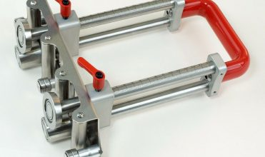 Fot. 1. Bender XL-150 firmy Perfect Bender pozwala na gięcie blachy pod kątem do 110°. Wszystkie elementy pracujące wykonane są ze stali nierdzewnej. Głębokość gięcia wynosi od 5 do 150 mm, przy grubości blachy mieszczącej się pomiędzy 0,3 a 1 mm. Ważny jest antypoślizgowy uchwyt zapewniający bezpieczną i wygodną obsługę. Masa narzędzia to 2,7 kg.