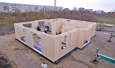 Fot. 1. Montaż prefabrykowanych ścian na placu budowy.
