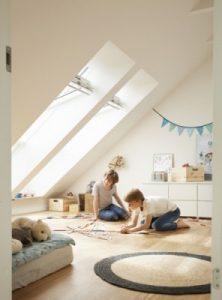 Wnętrze poddasza doświetlone oknami dachowymi Velux.