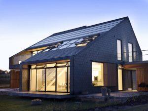 Nowoczesny dom z oknami dachowymi Velux.