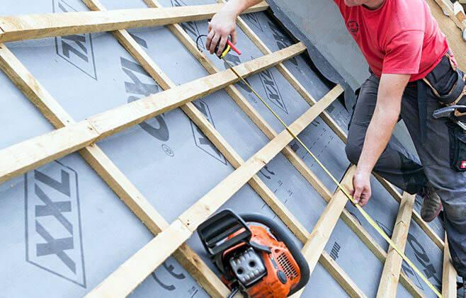Krok 1. Montaż rozpocznij od wykonania pomiarów i określenia miejsca usytuowania okna w połaci dachu.