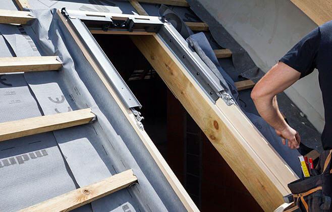 Krok 10. Zapewnij szczelne połączenie ramy okiennej z warstwą wstępnego krycia. Do tego celu użyj folii dachowej lub zastosuj jeden z gotowych zestawów przyłączeniowych Roto (MSA, AAS lub MDA).