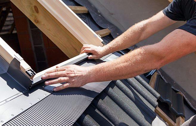 """Krok 11. Zamontuj górne blachy osłonowe okna oraz wszystkie elementy kołnierza uszczelniającego. Każdy etap prawidłowego montażu zostanie potwierdzony akustycznie, tzw. """"klikiem""""."""