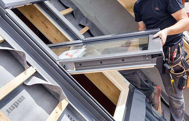 """Krok 13. Zamocuj dolne blachy osłonowe okna. Każdy etap prawidłowego montażu będzie potwierdzony """"klikiem""""."""