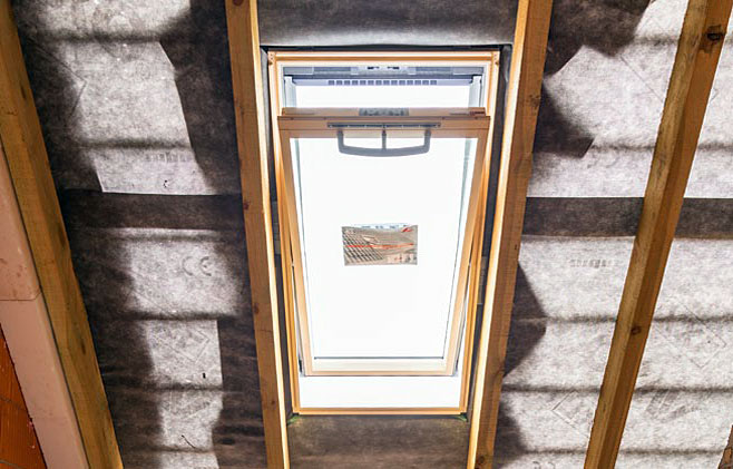Krok 16. Następny bardzo ważny etap montażu okna, to wykonanie wewnętrznej izolacji cieplnej, paroizolacji oraz montaż zabudowy wewnętrznej.