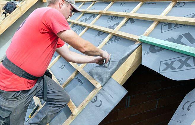 Krok 2. Przygotuj otwór montażowy: przykręć górną i dolną łatę montażową (przestrzeń między łatami = wysokość okna + 6 cm) usuń łaty z przestrzeni, w której będzie montowane okno wytnij otwór w folii dachowej, pozostawiając na całym jego obwodzie fartuch o szerokości ok. 15 – 20 cm.