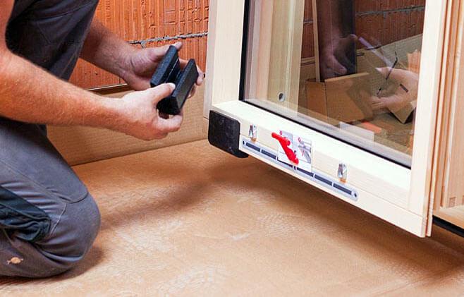Krok 4. Zdemontuj skrzydło okienne, wykorzystując do tego celu stopki montażowe.