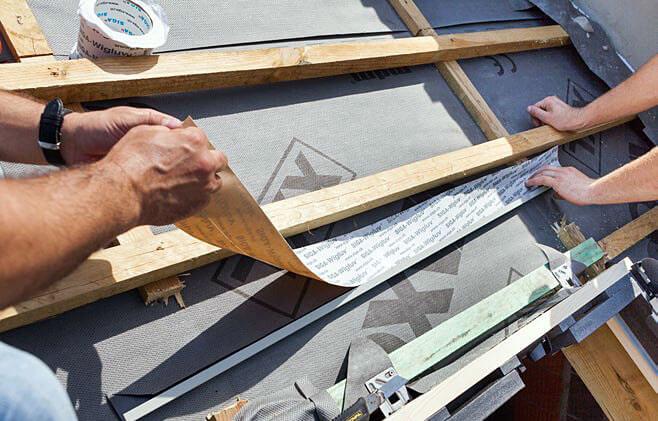 Krok 9. Tuż nad ramą okienną zamontuj rynienkę odwadniającą.