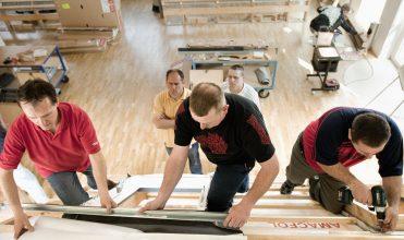 Montaż okna dachowego VELUX podczas szkolenia dla dekarzy
