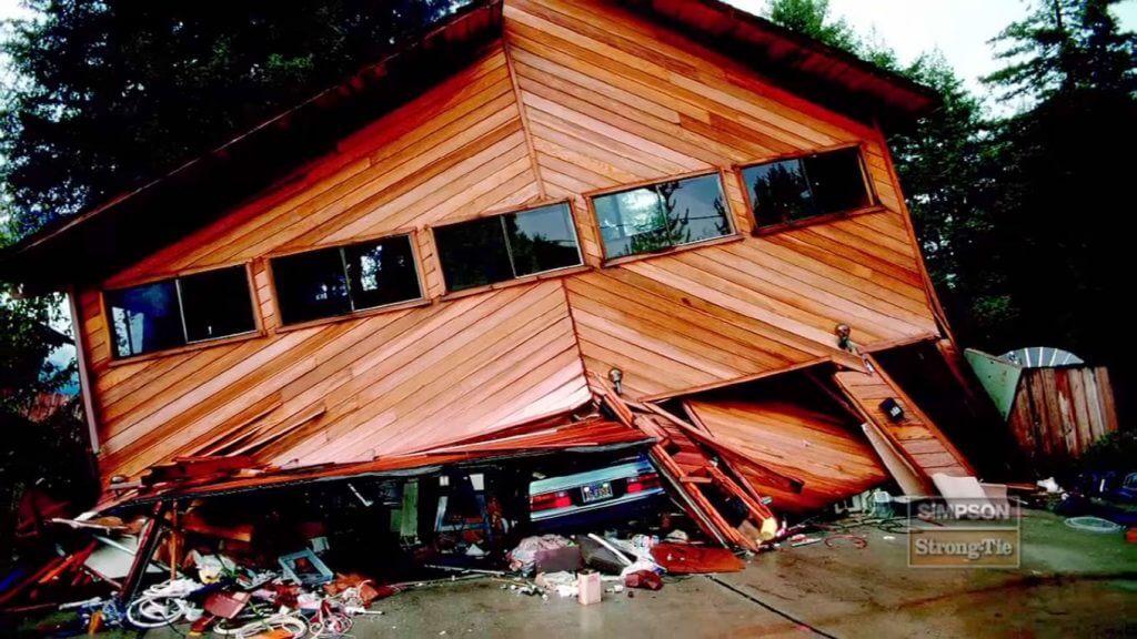 Fot. 2. Zniszczenie domu na skutek utraty sztywności.