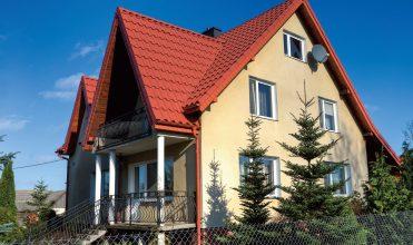 Idealne połączenie domu kandyjskiego z blachodachówką Lindab Riviera