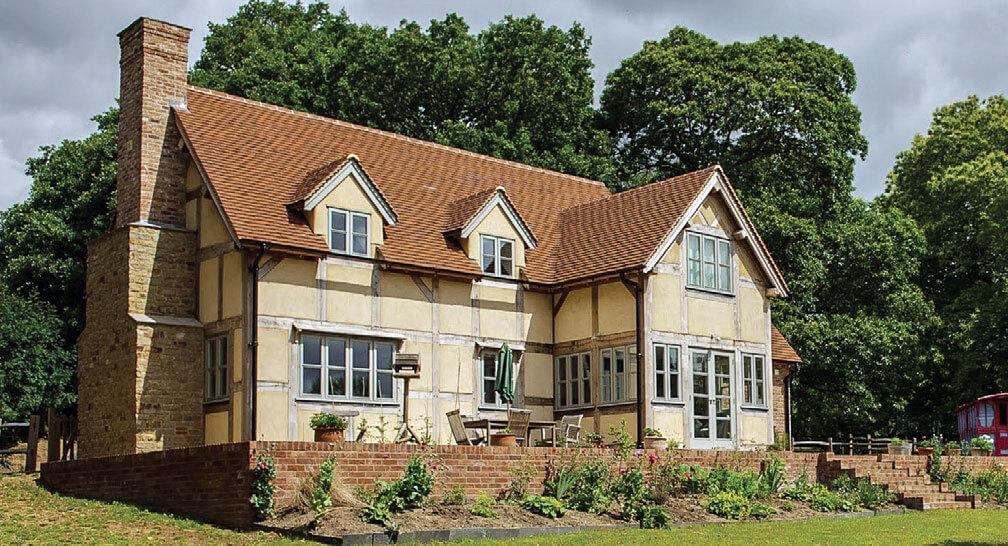 """Inwestycja w Wielkiej Brytanii. Prezentowana na zdjęciu dachówka Heritage w kolorystyce """"Medium"""" znakomicie komponuje się z naturalnym kamieniem, czy jasnym drewnem."""