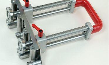 Fot. 1. Bender XL-150 firmy Perfect Bender pozwala na gięcie blachy pod kątem do 100°. Wszystkie elementy pracujące wykonane są ze stali nierdzewnej. Głębokość gięcia wynosi od 5 do 150 mm, przy grubości blachy mieszczącej się pomiędzy 0,3 a 1 mm. Ważny jest antypoślizgowy uchwyt zapewniający bezpieczną i wygodną obsługę. Masa narzędzia to 2,7 kg.