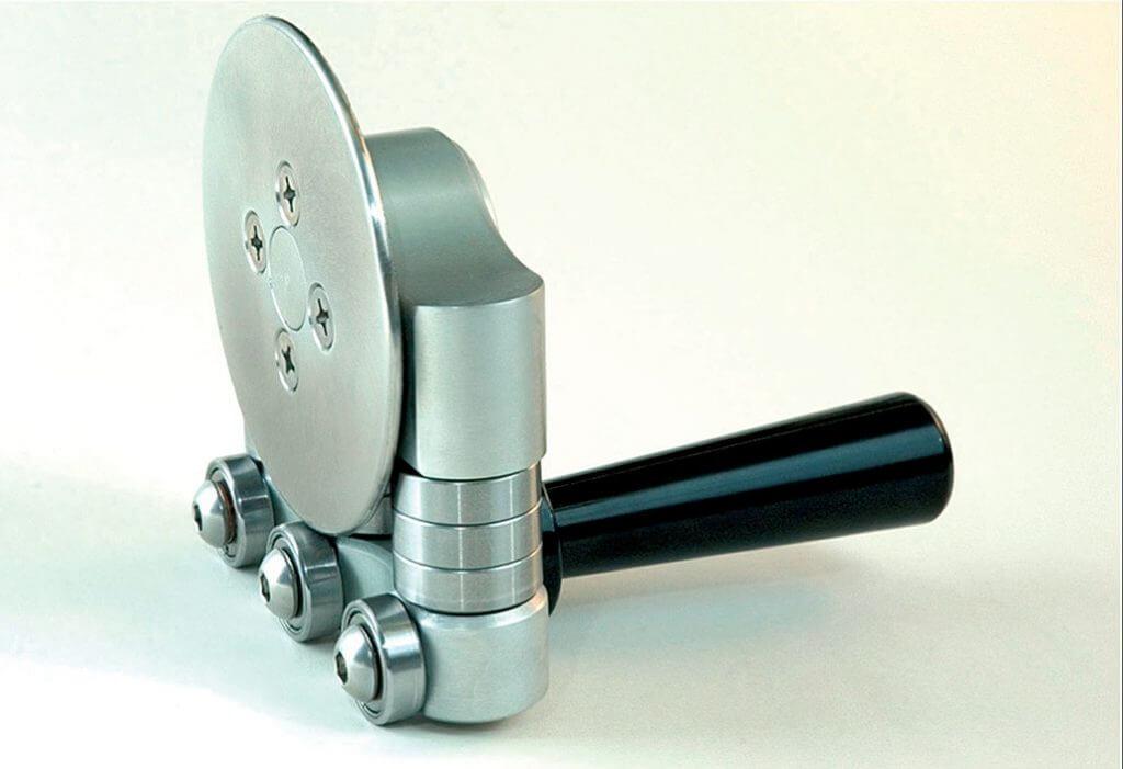 Fot. 2. Bender Disc Roller S pozwala na zginanie blachy z kąta 90° do 180°. Poszczególne elementy pracujące wykonano ze stali nierdzewnej. Głębokość gięcia mieści się pomiędzy 8 a 25 mm, przy grubości materiału do 1 mm. Warto podkreślić łatwą obsługę oraz doskonały poślizg. Masa narzędzia to ok. 1 kg.