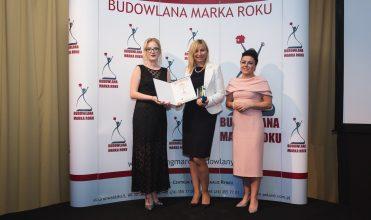 Małgorzata Lubczyńska odbiera nagrodę Budowlana Marka Roku 2017 w kategorii pokrycia dachowe