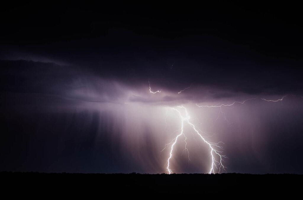 Zabezpieczenia przeciwprzepięciowe służą do ochrony budynku przez wyładowaniem elektrycznym spowodowanym uderzeniem pioruna.