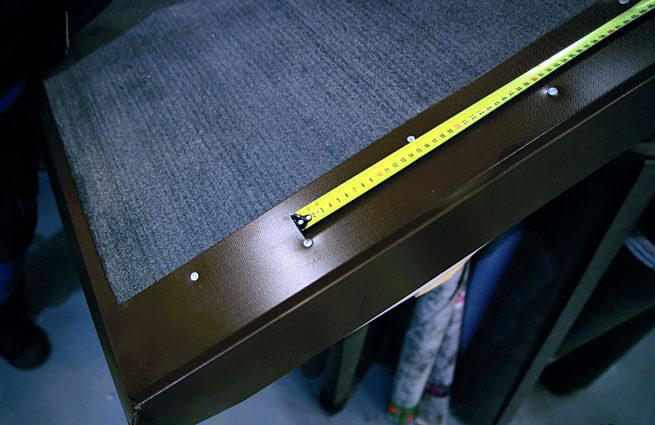 Przy mocowaniu obróbek blacharskich odstęp między gwoździami mocowanymi na przemian nie powinien być większy niż 120–150 mm.