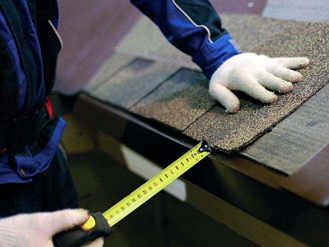 Montaż gontów rozpoczyna się od okapu. Wykonywane jest dodatkowe klejenie za pomocą kleju bitumicznego Technonicol Fixer. Odległość gontu od krawędzi okapu powinna wynosić 10–20 mm.