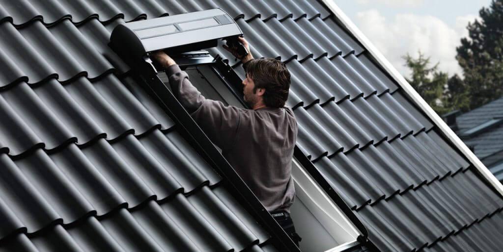 Kasetę rolety umieść w górnej części profili prowadnic. Sprawdź, czy gumowa uszczelka prawidłowo przylega do zewnętrznej, górnej części okna. Kasetę rolety obniż do takiego poziomu, by nie dociskać jej do pokrycia dachowego.