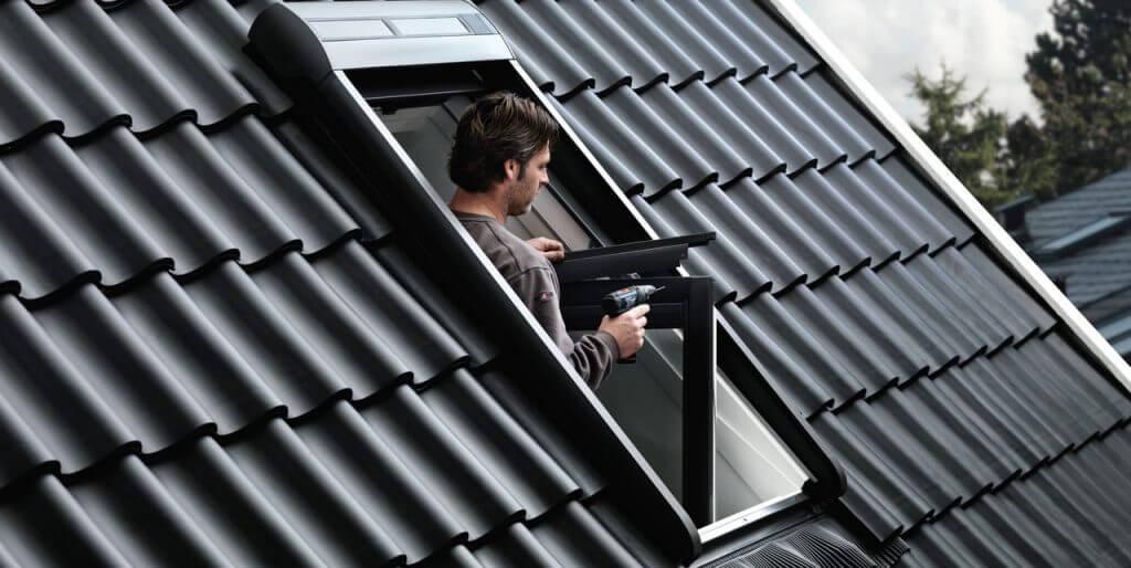 Teraz rozpocznij mocowanie dolnej części oblachowania rolety, które będzie chronić roletę przed podwiewaniem przez wiatr. Zwróć uwagę, by odległości od oblachowań bocznych były takie same po obydwu stronach. W wyznaczonym miejscu wywierć otwory o średnicy 3 mm i przy pomocy wkrętów zamontuj dolne oblachowanie na skrzydle.