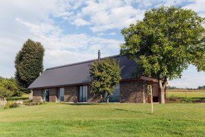 Dom w Czechach, przypomina nowoczesną stodołę,  Ov-a Tomáš Souček