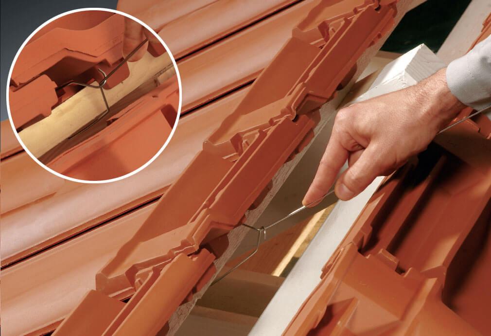 Fot. 3. Każdy drut należy zaczepić tak aby, zamknął się wokół łaty – stabilność zamknięcia można sprawdzić poprzez lekkie pociągnięcie drutu.